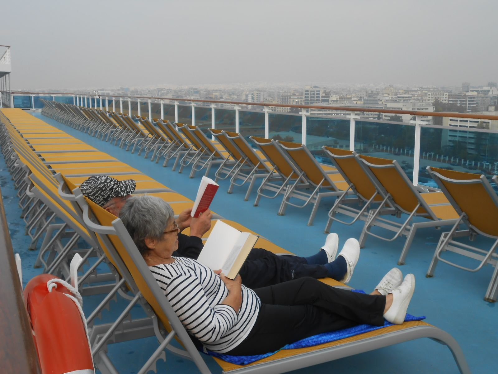 DSCN9909 Tourists reading